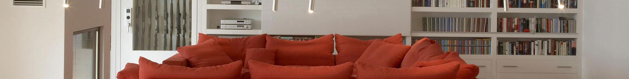 Moderne Wohnküche mit Essbereich und Paschenbibliothek mit Waffenschrank, Holzlager, TV verdeckt und Bücherwand
