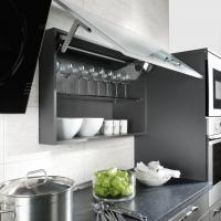 Küchenhängeschrank mit Glasfront als Luke. ServoDrive