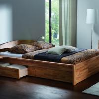 Bett mit Massivholzrahmen