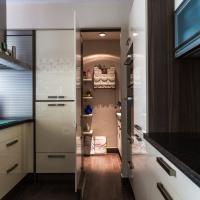 Versteckte Speisekammer - sehr günstige Lösung für maximalen Stauraum - Tür im Schrank - begehbarer Küchenschrank