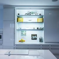 Schiebetüren im Küchenschrank - moderne Küche in weißem Hochglanzlack