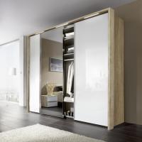 Kleiderschrank mit offener Tür