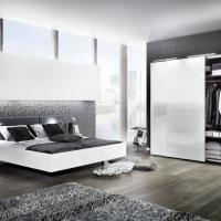 Schlafzimmer und Kleiderschrank in modern weißem Design