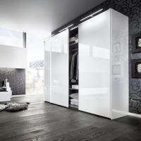 Frei stehender Designschrank in weiß