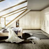 Einbauschrank nach Maß - Dachschräge mit Drehtüren und um 90-Grad-Ecke