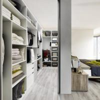 Versteckter Kleiderschrank hinter dem Bett - Ankleide - Raumlösung - begehbarer Kleiderschrank