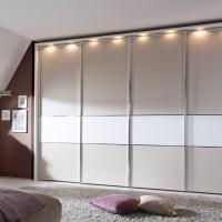 Mehrschichtiges Außendesign in Creme mit LED Beleuchtung am Kleiderschrank
