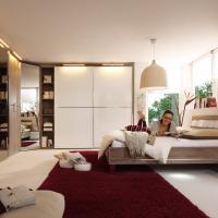 Helles Schlafzimmer mit großem Kleiderschrank