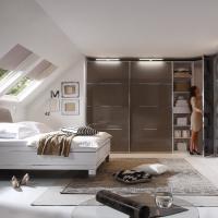 Schlafzimmer mit großem Kleiderschrank in weiß